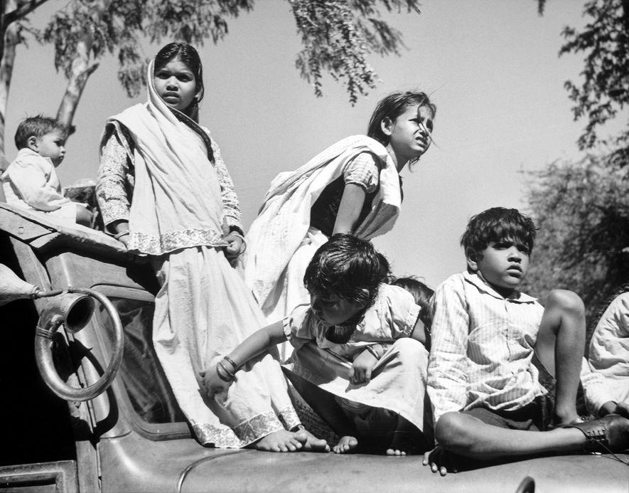 Depois do assassinato de Gandhi em 1948, as crianças subiram em carros e homens escalaram postes ...