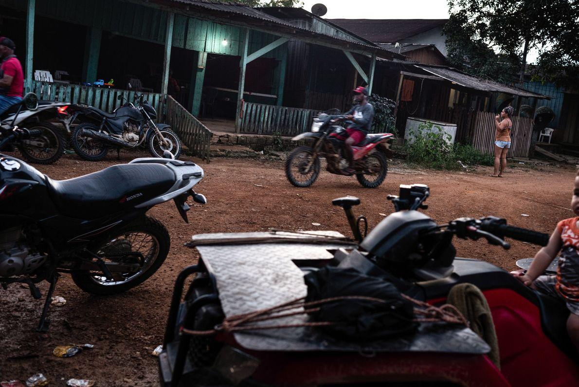 Bares que também funcionam como bordeis acabam dominando o comércio nos vilarejos garimpeiros, ao lado apenas ...