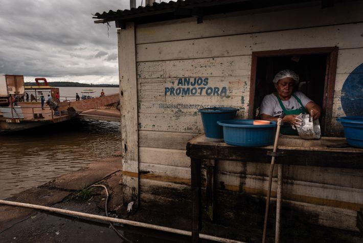 Mulher lava louças ao lado da balsa que atravessa o rio Tapajós. Segundo laudo da Polícia ...