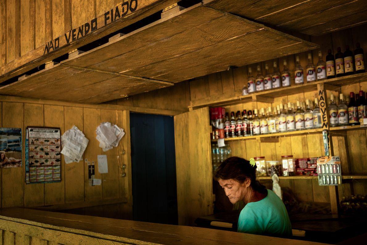 Maria Saw Munduruku deixou a aldeia ainda adolescente para se casar com um pariwat, como seu ...