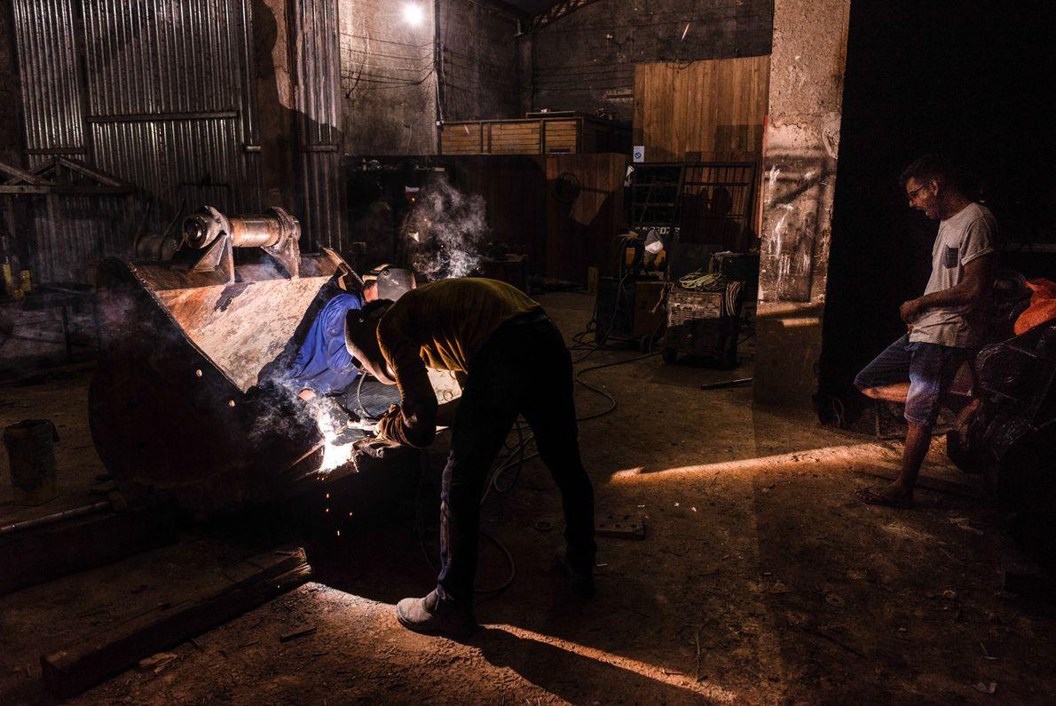 Com o aumento da mecanização, o reparo e venda de peças para escavadeiras torna-se um mercado ...