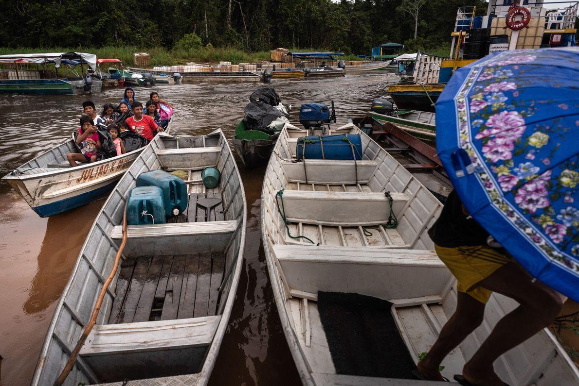 Diariamente partem de Jacareacanga dezenas de voadeiras e balsas transportando pessoas e produtos para os garimpos ...