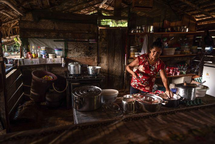 As cozinheiras são as únicas presenças femininas nos garimpos, responsáveis pelas cinco refeições diárias que sustentam ...