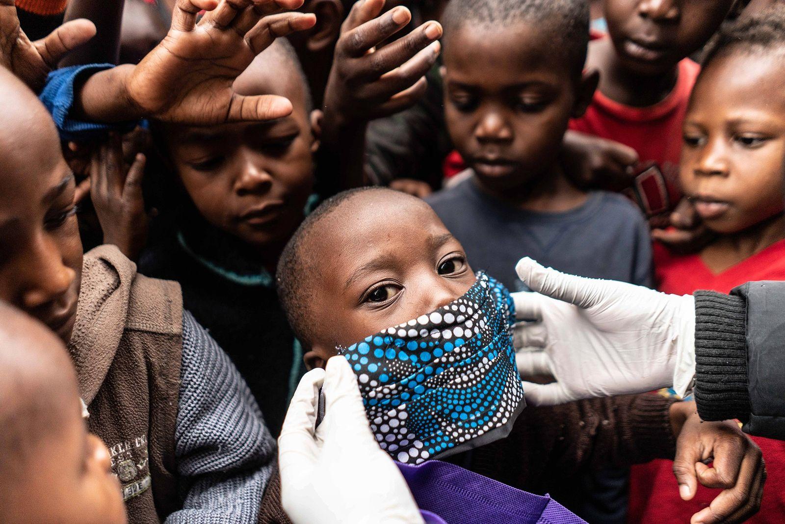 Covid-19: distribuir vacinas equitativamente evitaria centenas de milhares de mortes, diz relatório