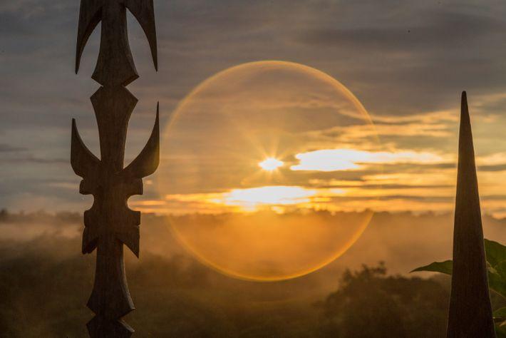 Imagem onírica dopôr-do-sol visto do Centro Espiritual Mawa Yuxyn, no Acre, lar de indígenas yawanawa. Os ...