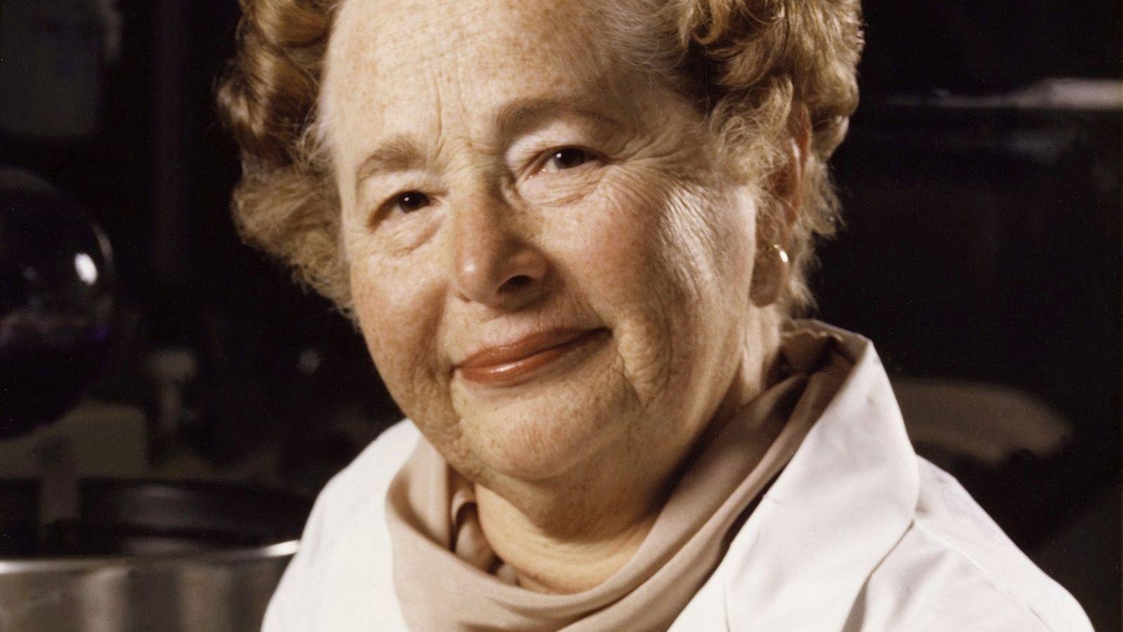 Nascida em Manhattan, em 1918, Gertrude Elion desenvolveu o medicamento aciclovir, um inibidor potente dos vírus ...