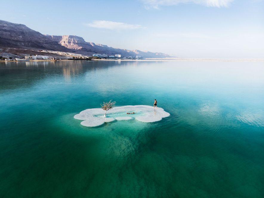 Como um fotógrafo capturou esta bizarra ilha de sal no Mar Morto