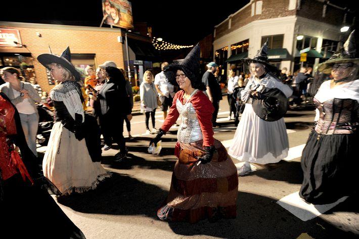 """Moradores fantasiados com trajes de bruxas desfilam em Salem, no """"Grande Desfile Anual dos Acontecimentos Assombrados"""" ..."""
