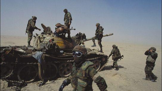Soldados dos Estados Unidos examinam tanque iraquiano destruído em fevereiro de 1991, quando 35 nações uniram ...