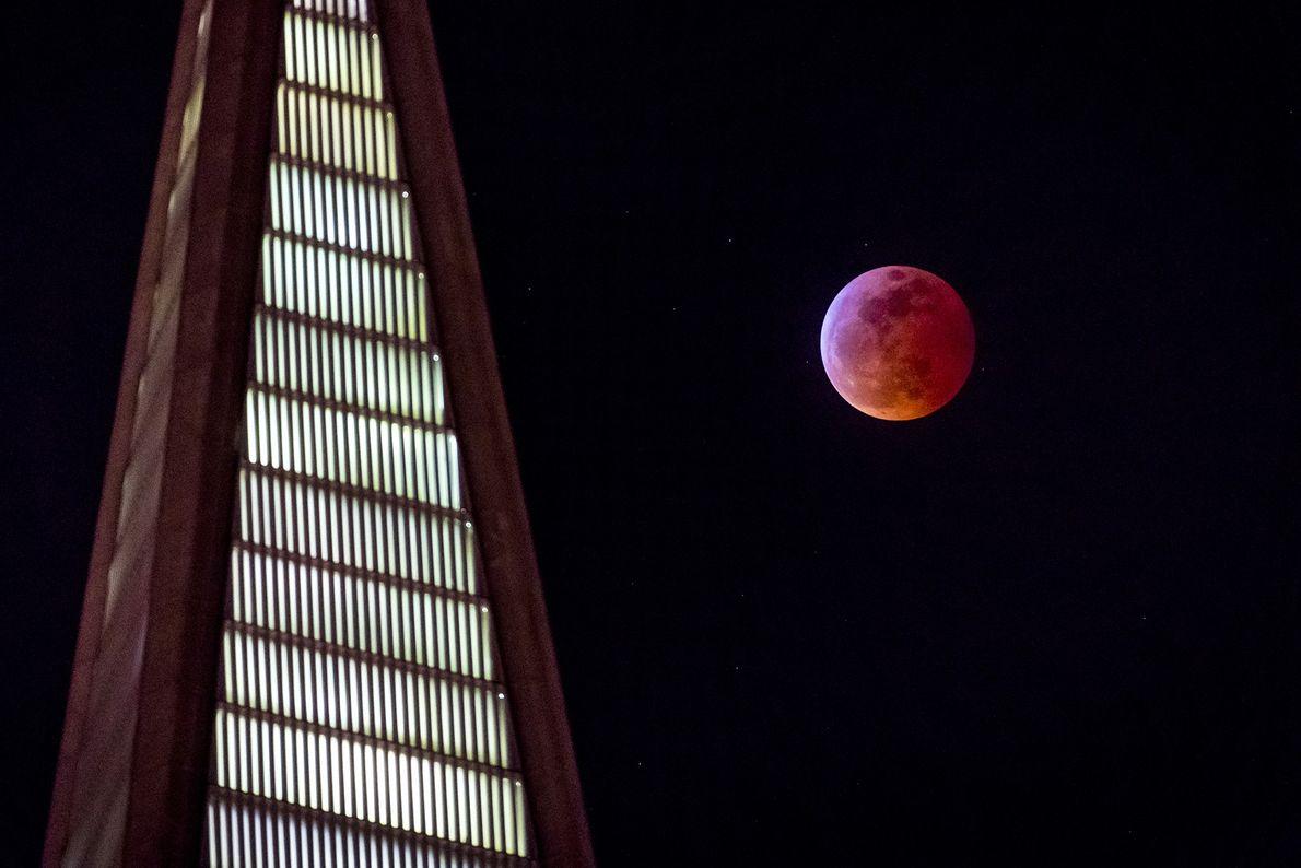 Um eclipse lunar total é visto no céu ao lado do edifício TransAmerica em São Francisco, ...