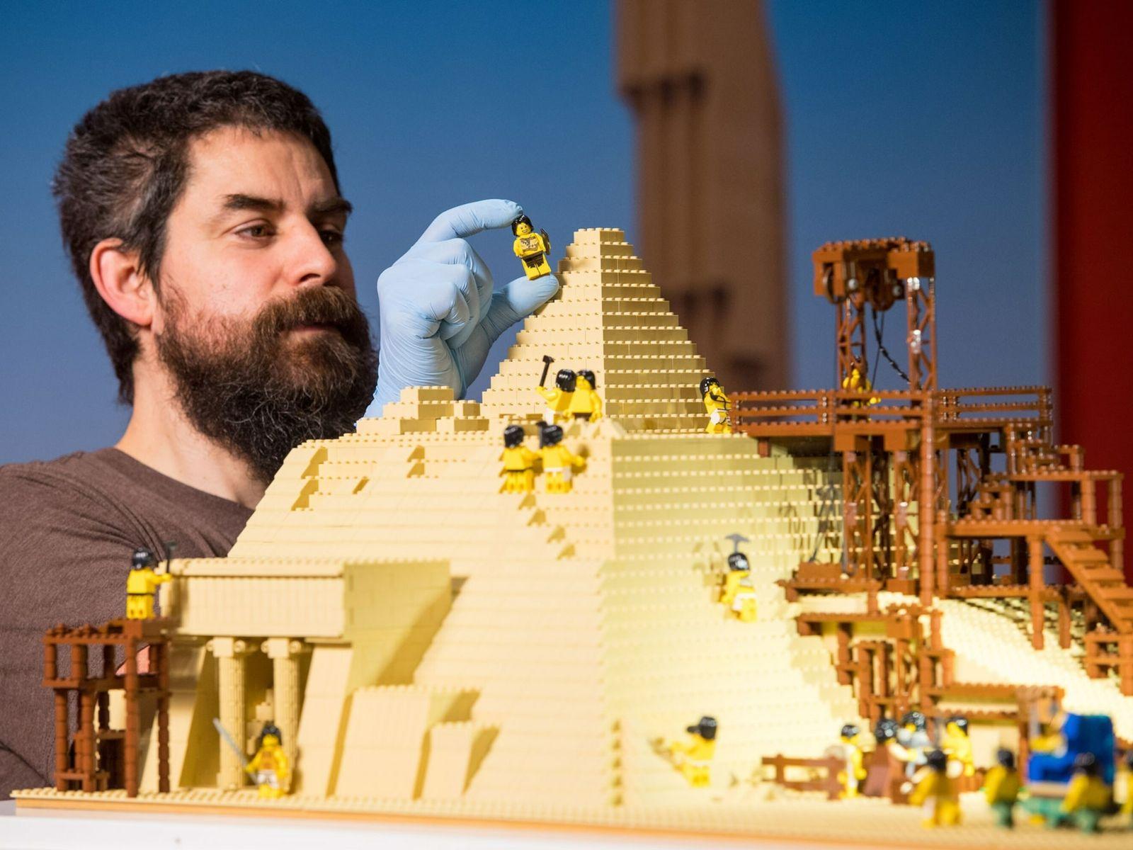Adultos fãs de Lego como Phil Sofer, mostrado na imagem montando um modelo da Grande Pirâmide ...