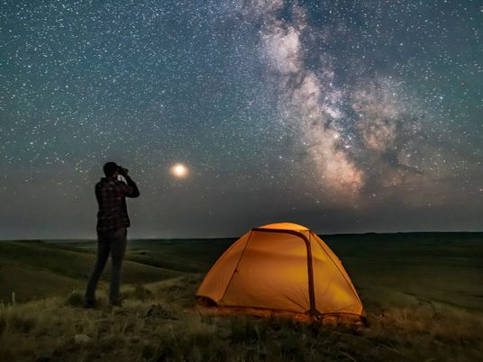Por que 'caminhar sob as estrelas' é a atividade ao ar livre que precisamos neste momento