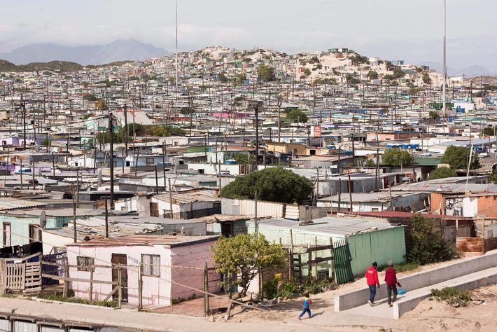 Uma foto tirada em 4 de maio de 2019 mostra moradias informais em Khayelitsha, Cidade do ...