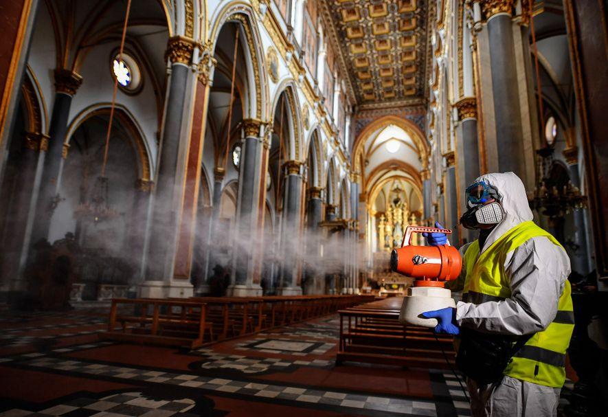 Trabalhadores desinfetam a igreja de San Domenico Maggiore, em Nápoles, no dia 6 de março.