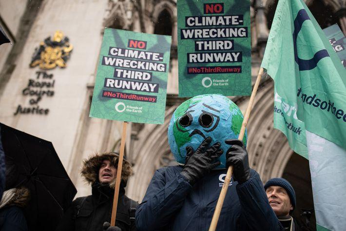 Em fevereiro de 2020, ativistas ambientais protestaram em Londres, na Inglaterra, contra uma proposta de expansão ...