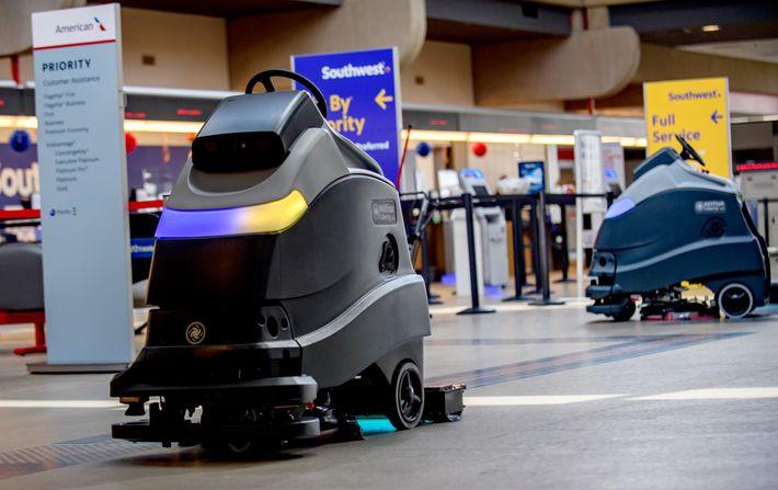 Robôs limpando o chão com luz ultravioleta no Aeroporto Internacional de Pittsburgh. Esses raios ultravioletas matam ...