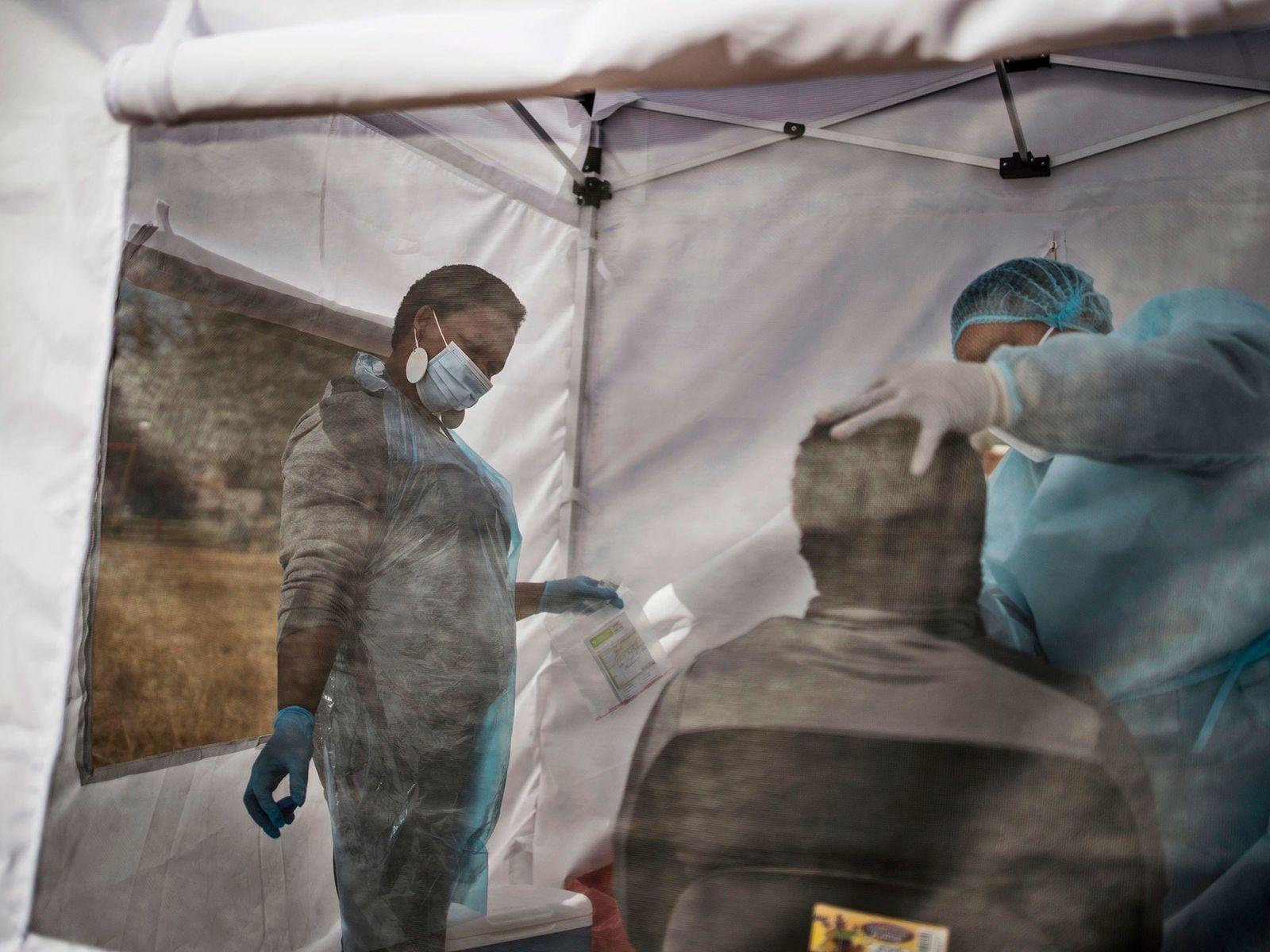 Homem é testado para o novo coronavírus, que causa a covid-19, em Vrededorp, Joanesburgo, em 5 ...