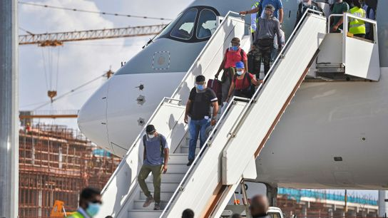 Passageiros desembarcam de um avião no Aeroporto Internacional Ibrahim Nasir, em Malé, nas Ilhas Maldivas, em ...