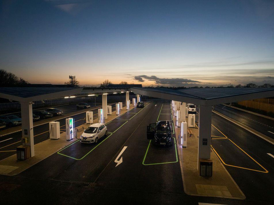 Carregar carros elétricos demora. Quando será tão rápido quanto encher o tanque?