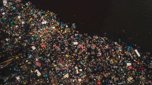 Plásticos chegam aos oceanos por mais de mil rios