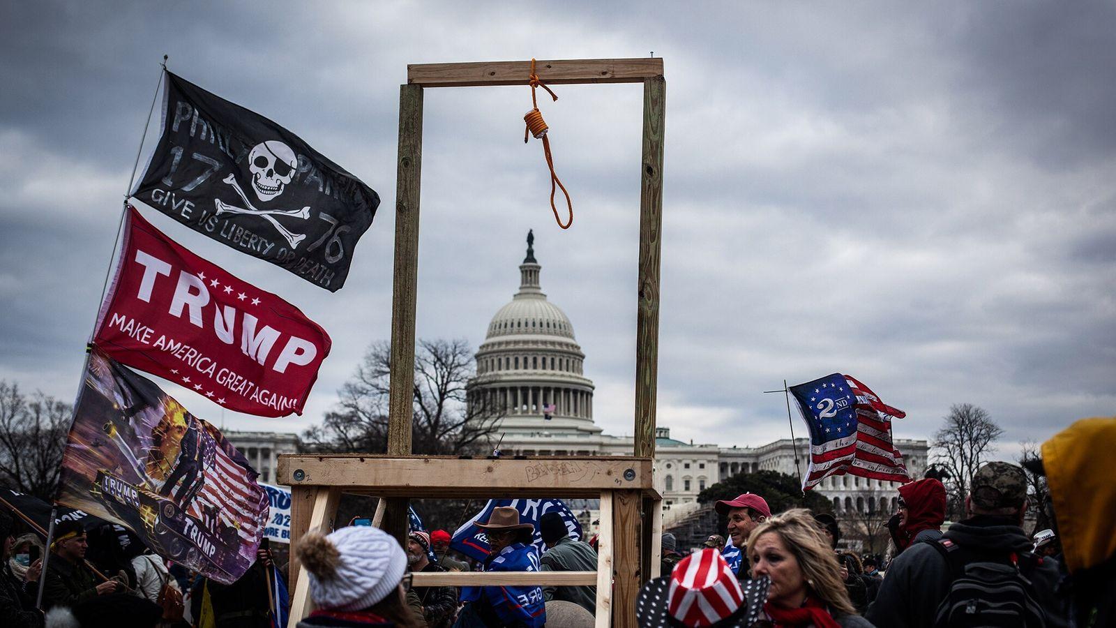 Uma forca e um laço são erguidos pelos apoiadores de Trump em frente ao Capitólio no ...