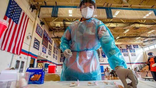 Elvin Toro, ex-médico do exército dos Estados Unidos, organiza suas seringas antes de aplicar a próxima ...