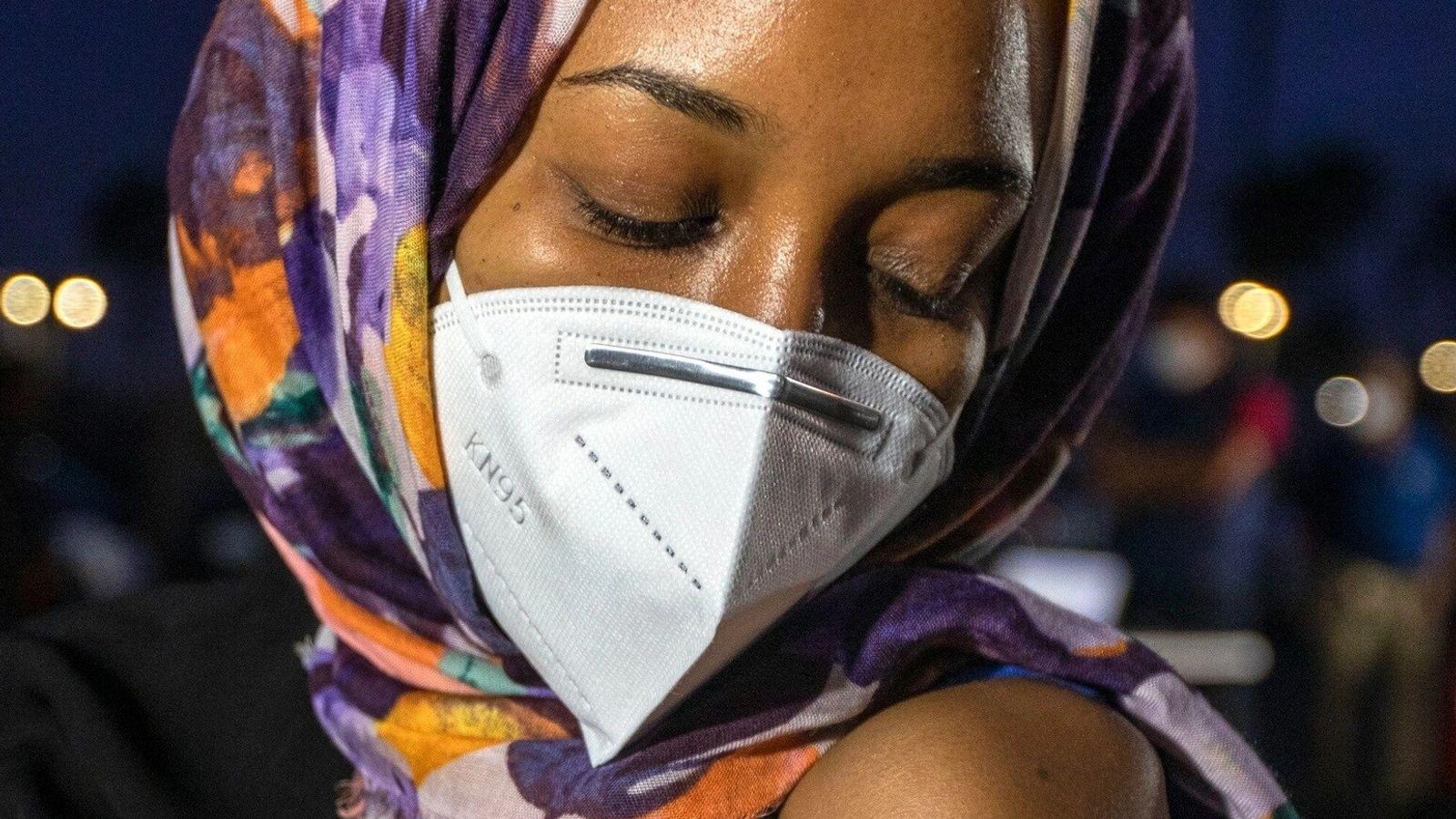 Sara Ahmed, 29 anos, de Anaheim, é vacinada em campanha de vacinação contra a covid-19 no ...