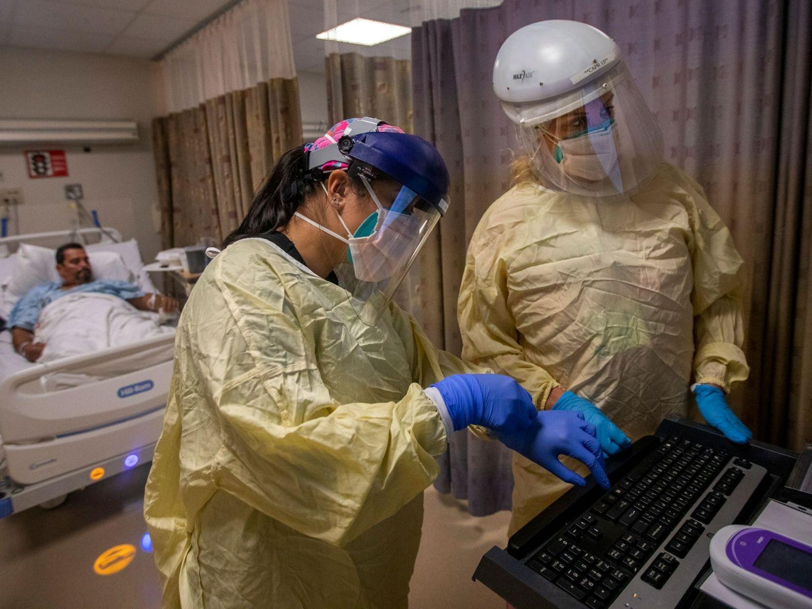 Enfermeiras atendem 20 pacientes com covid-19 no Little Company of Mary Medical Center, em 30 de ...