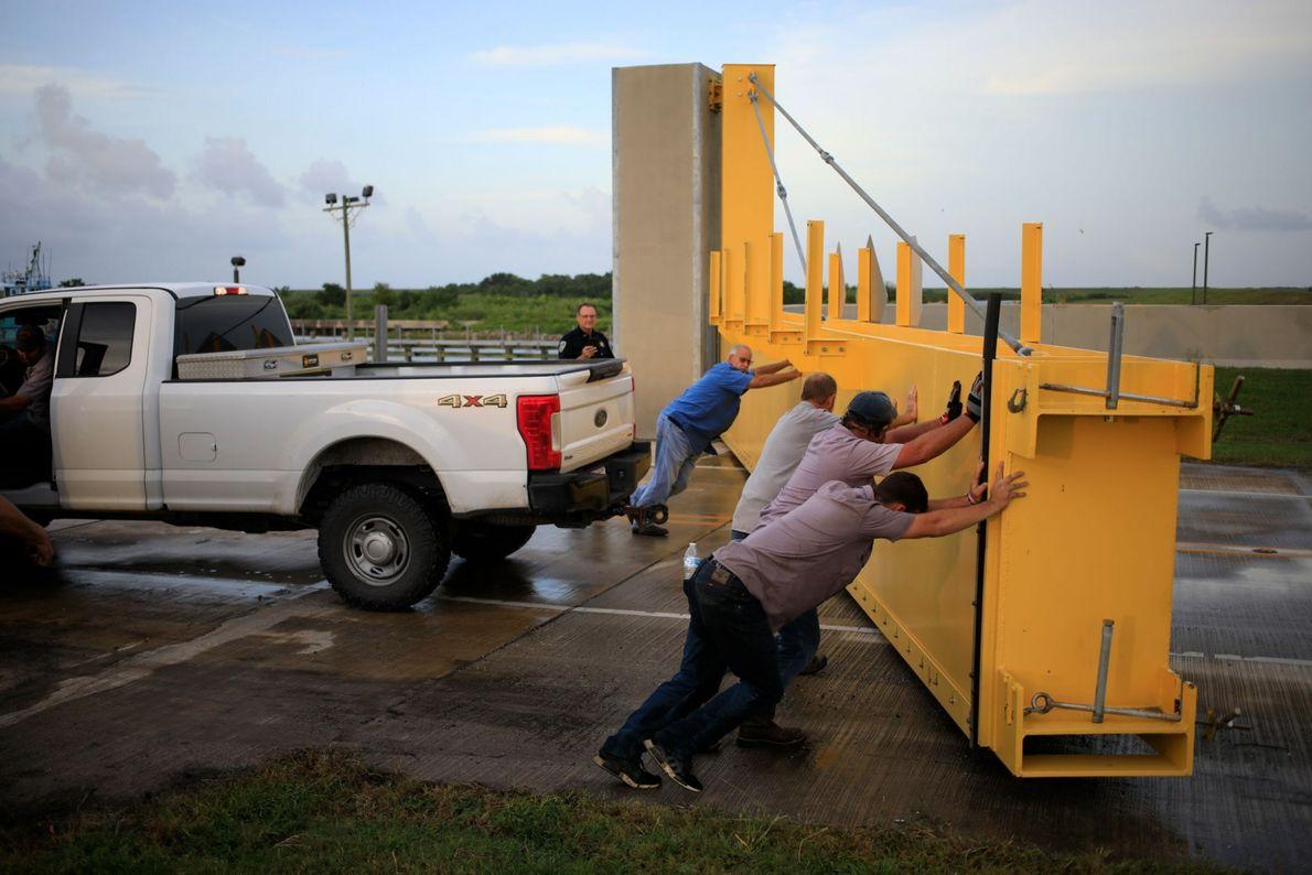 Funcionários reabrem um dique na Rota 1 de Louisiana após alguns motoristas terem perdido o prazo ...