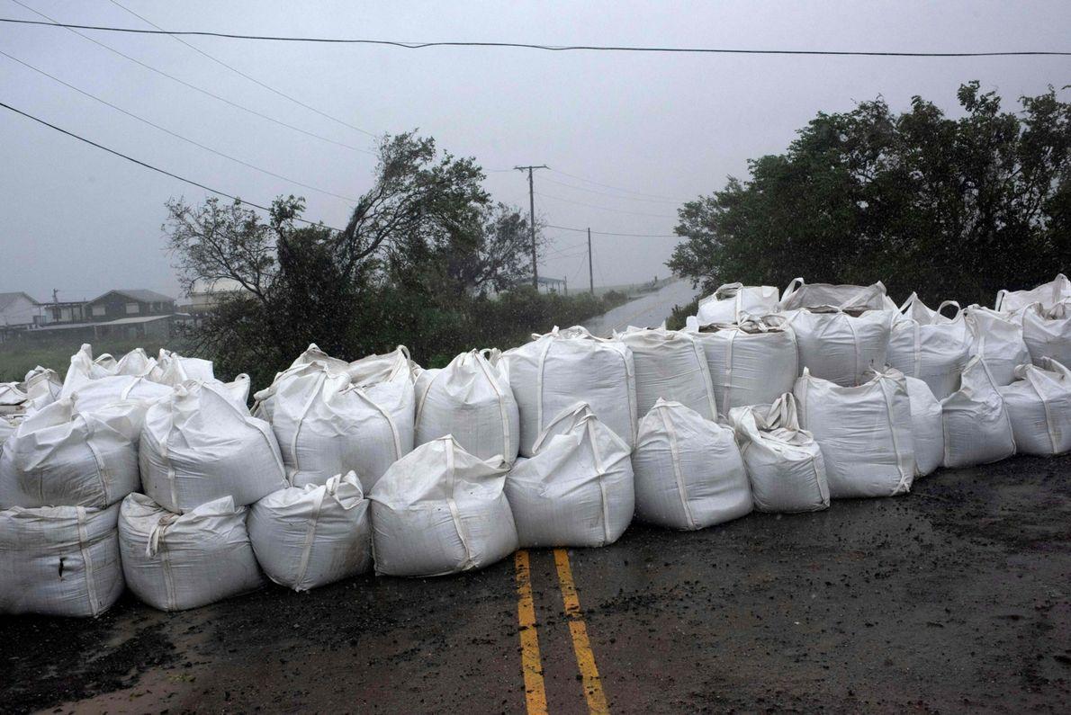 A chuva molha uma barreira de sacos de areia em Montegut, Louisiana, antes de o furacão ...