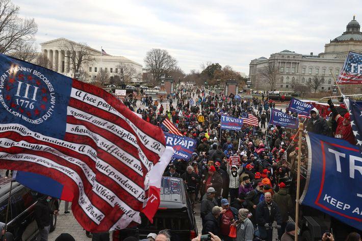 Membros do Three Percenters, uma organização antigovernamental, hastearam uma bandeira de Betsy Ross modificada durante a ...