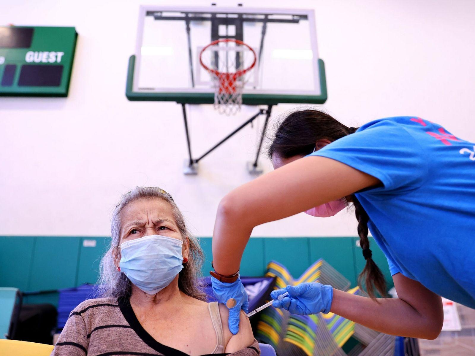 A enfermeira Darryl Hana aplica a vacina da Pfizer contra a covid-19 em Concepcion Witron, no ...