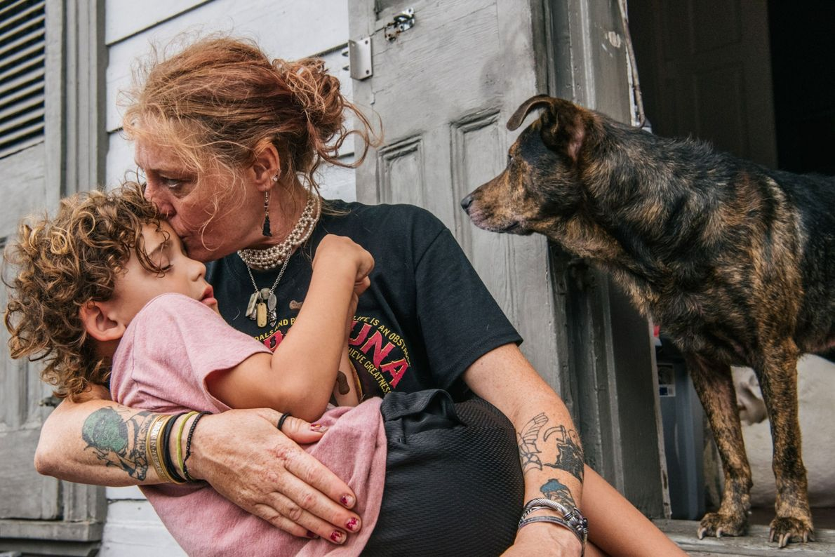 Ann Colette Boudreaux conforta seu neto, Abel, antes do furacão Ida, em Nova Orleans, Louisiana. Ida ...