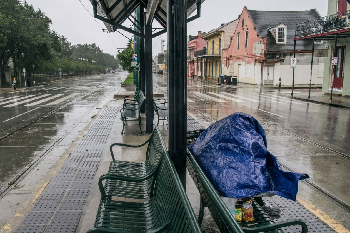 Uma pessoa busca abrigo em uma parada de trem antes da chegada do furacão Ida em ...