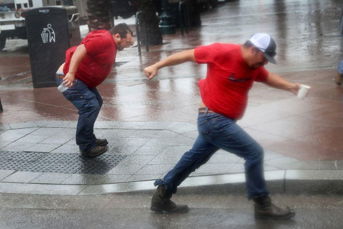 Trabalhadores da concessionária de energia elétrica enfrentam o vento do furacão Ida enquanto esperam a tempestade ...