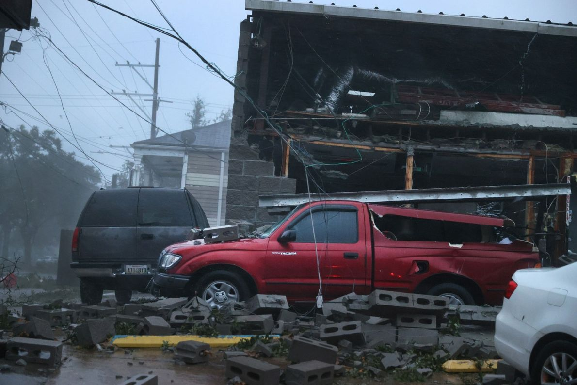 Veículos são danificados pelo desabamento da fachada de uma construção durante o furacão Ida em 29 ...