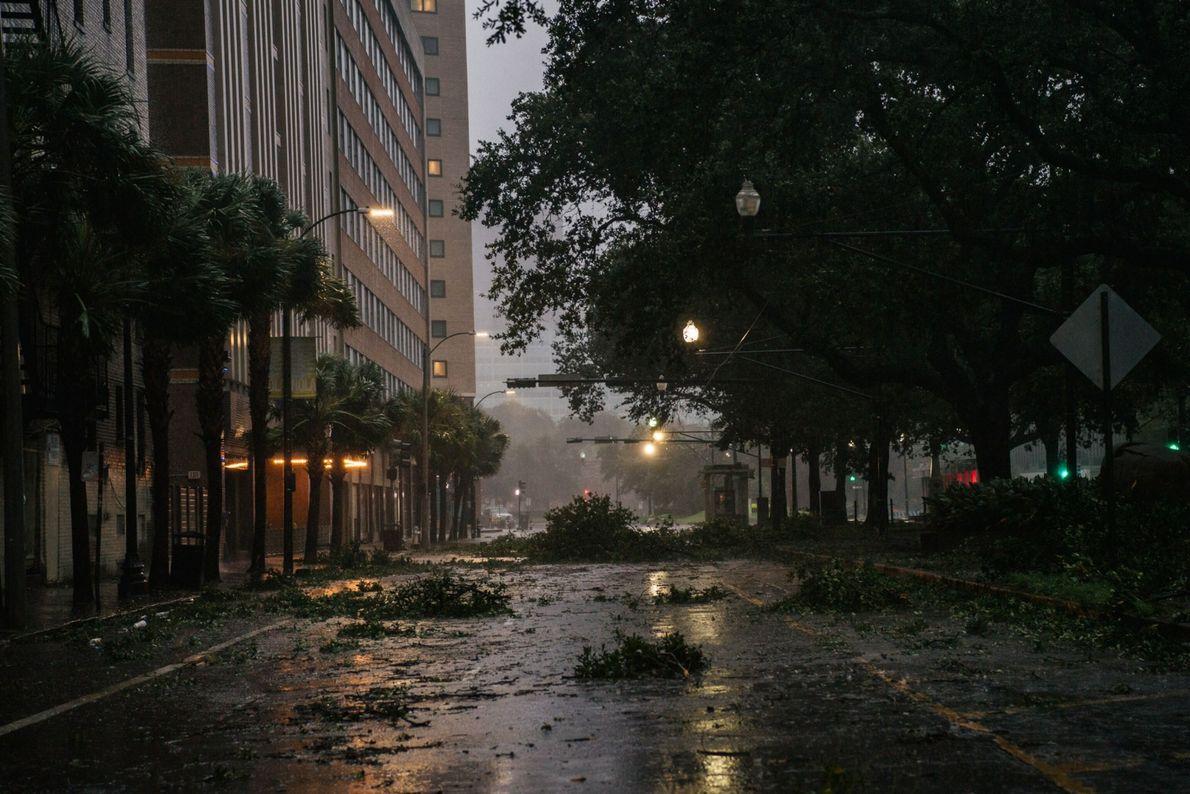 Detritos em um cruzamento no centro de Nova Orleans, em 29 de agosto de 2021, depois ...