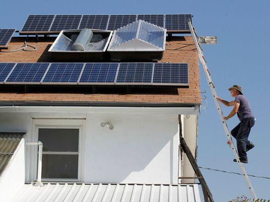 Casas com painéis solares e baterias podem ajudar a evitar colapsos na rede elétrica