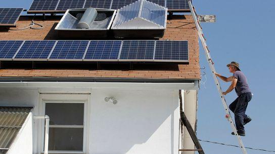 Mike Renner sobe no telhado de sua casa em Weatherford, Texas, para fazer a manutenção de ...