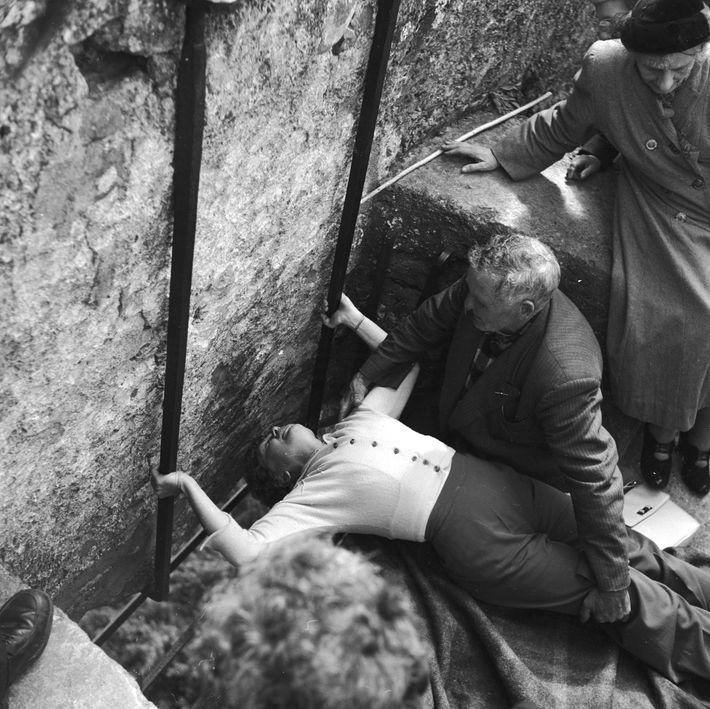 Esta foto, tirada por volta de 1950, mostra a forma curiosa como os visitantes precisam se ...