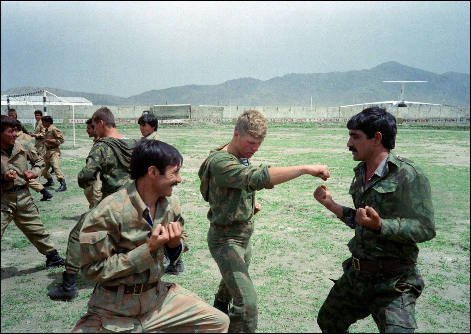 Combatente do Exército Vermelho treina soldados afegãos.