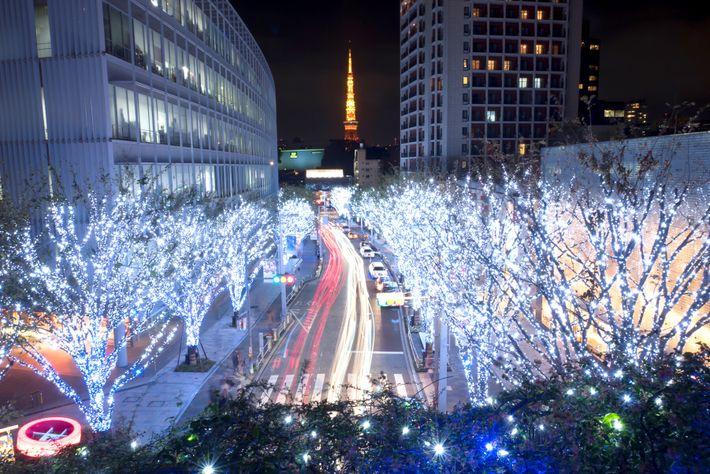Luzes de Natal enfileiradas em uma rua na direção da Torre de Tóquio. O Japão adotou ...