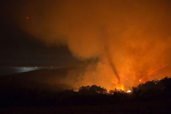 Um redemoinho de fogo surge a partir do Sherpa Fire próximo a Santa Bárbara, Califórnia, na ...