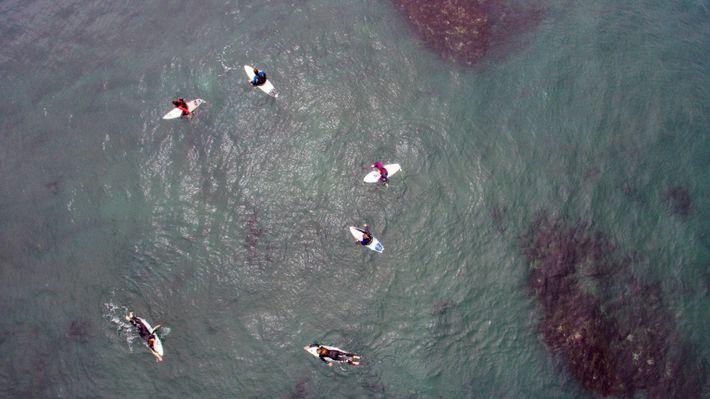 Surfistas aguardando ondas durante a semifinal da competição Maui and Sons Pichilemu Women Pro Chile 2016.