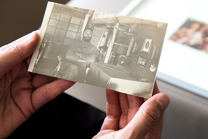 Susanne Hake segura foto de seu avô, Hermann Hake, quando era prisioneiro durante a Primeira Guerra ...