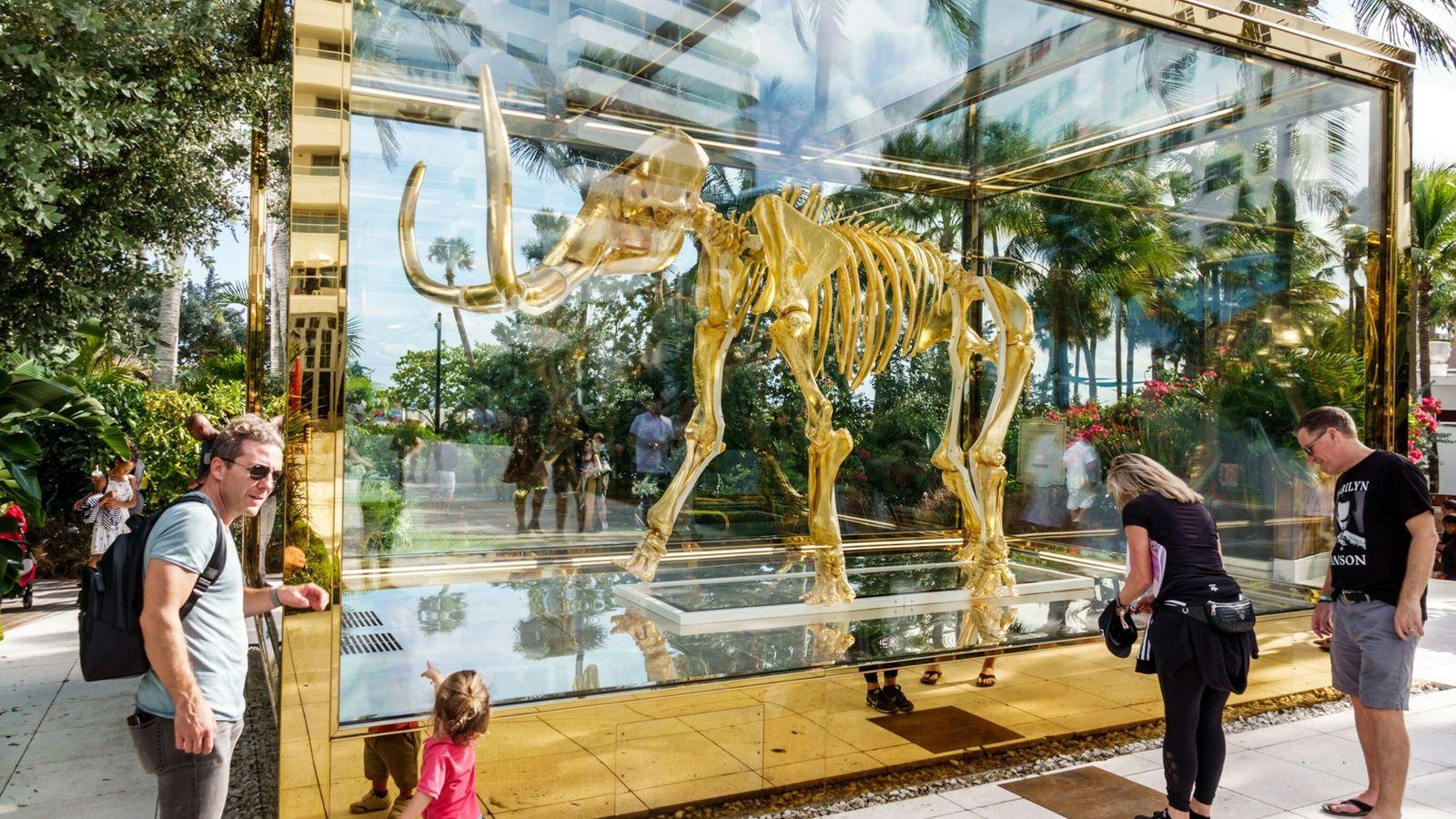 Foto de obra de arte de Damian Hirst de escultura de mamute em uma rua na ...