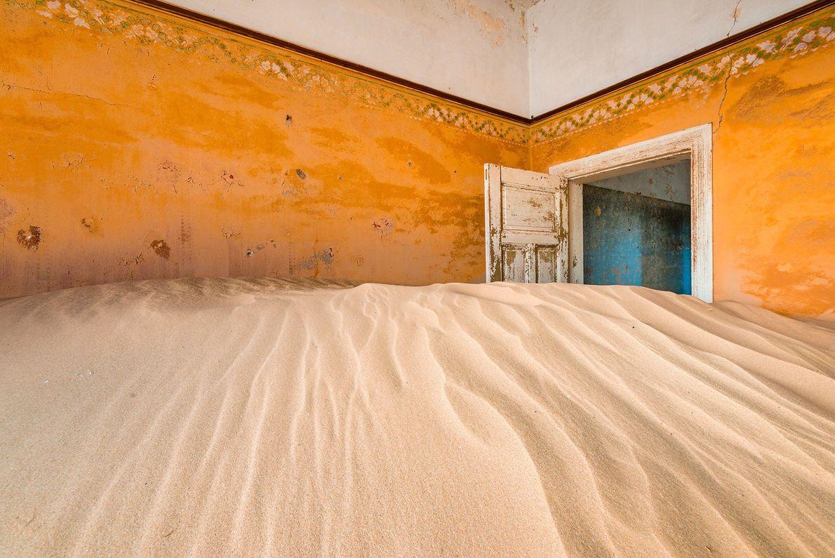 KOLMANSKOP, NAMÍBIA Localizada entre as dunas de areia do Deserto da Namíbia, Kolmanskop foi construída para abrigar ...