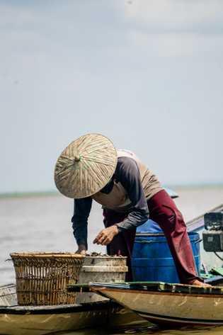 Um pescador trabalha no lago Melintang, na parte indonésia de Bornéu.