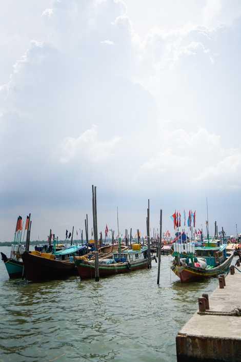 Barcos de pesca ancorados em Sungsang, a maior comunidade de pescadores da Sumatra do Sul.