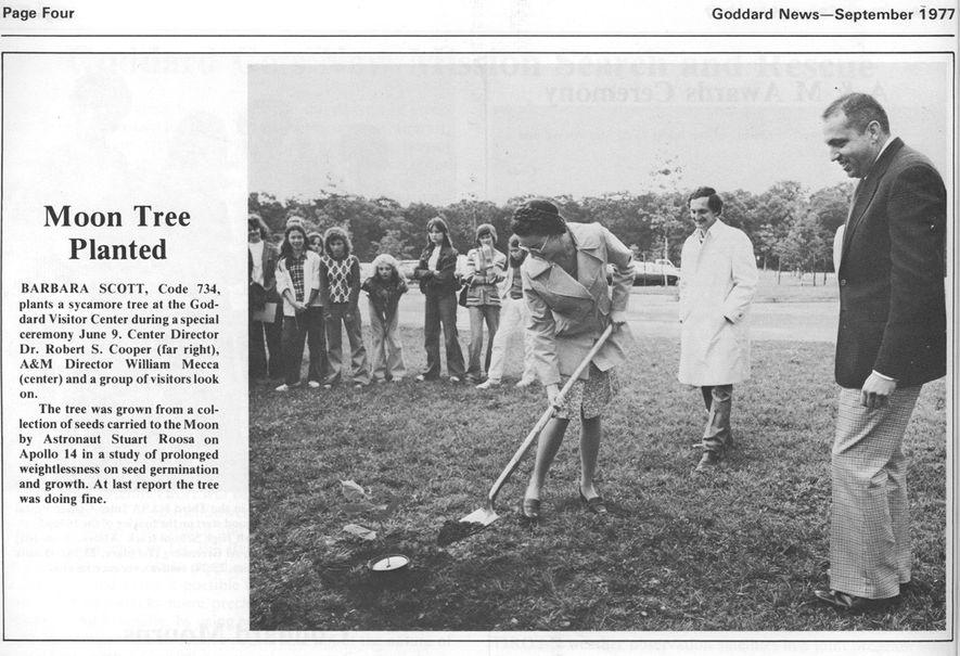 Um recorte de jornal da edição de setembro de 1977 do Goddard Newsmostra a cerimônia de ...